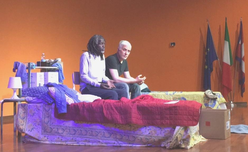 Mohamed Ba al Des Ambrois con lo spettacolo: 'Come diventare africani in una notte'